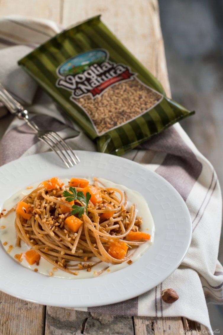 Spaghetti integrali con zucca e nocciole su crema di gorgonzola