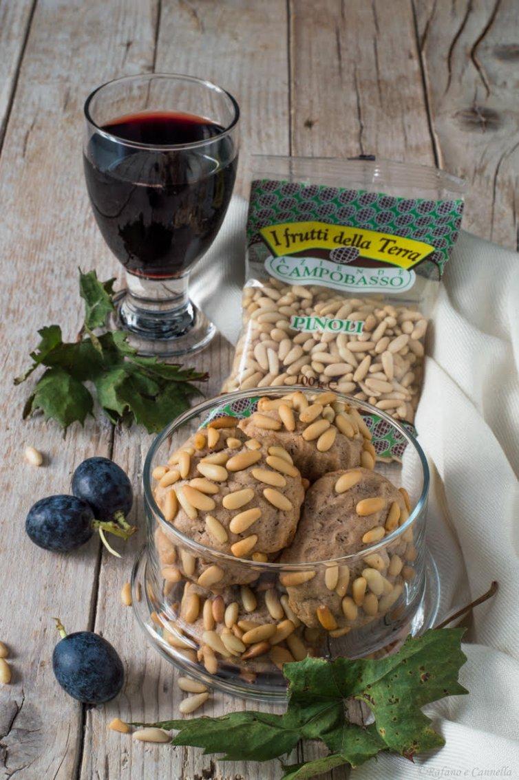 Biscotti al vino rosso e pinoli